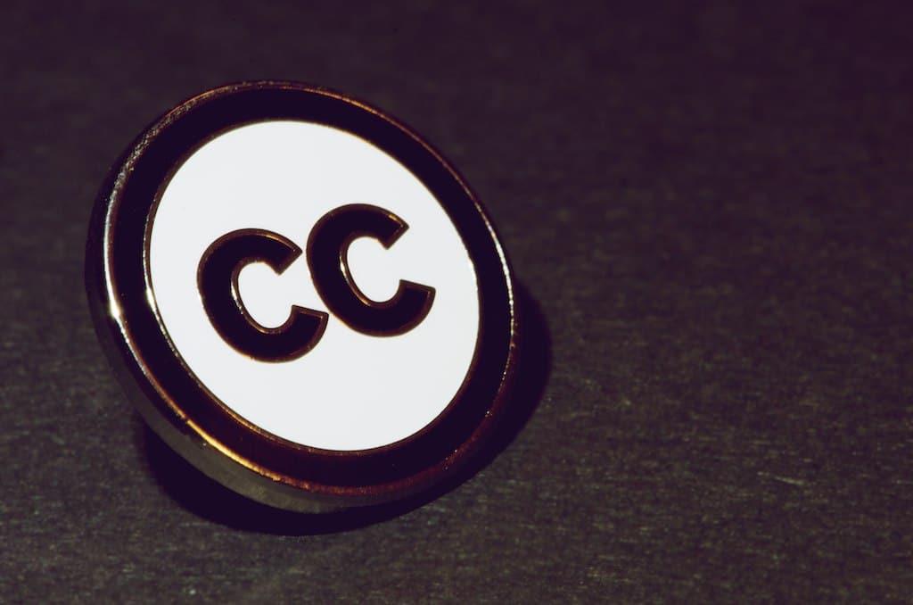 クリエイティブ・コモンズのccの刻印が押されたボタンの画像